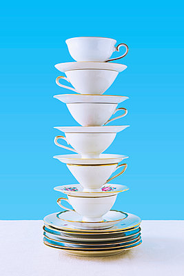 Stack of coffee cups - p1149m2027707 by Yvonne Röder