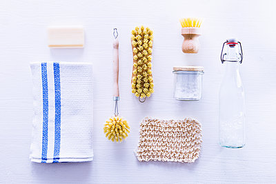Ecologically friendly brushes, cleaning rags, soap and baking soda - p1166m2108116 by Cavan Images