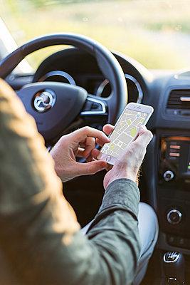 Mann mit Smartphone im Auto - p1396m1481178 von Hartmann + Beese