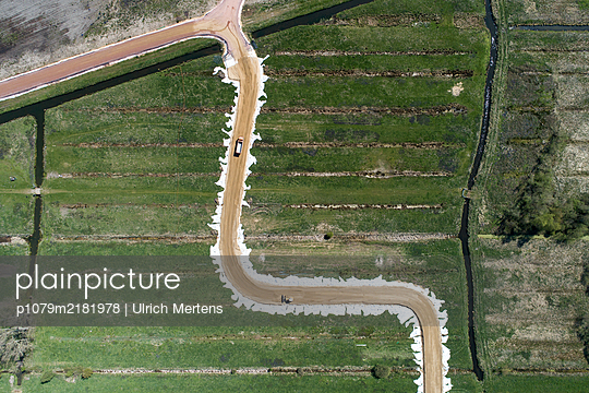 Road works in the countryside, aerial view - p1079m2181978 by Ulrich Mertens