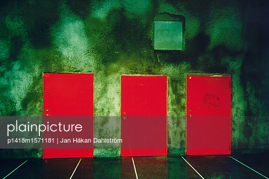 Drei rote Türen - p1418m1571181 von Jan Håkan Dahlström