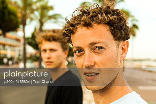 Portrait of strawberry blonde young men - p300m2155834 by Tom Chance