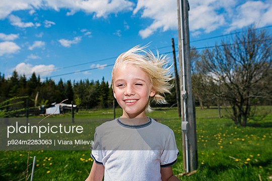 Canada, Ontario, Kingston, Portrait of boy in field - p924m2283063 by Viara Mileva
