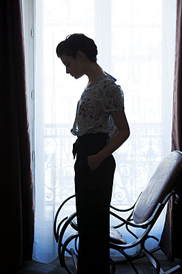 Young woman in the flat - p1371m1439905 by Virginie Perocheau