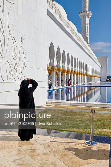 Female photographer in Abu Dhabi - p1164m2108935 by Uwe Schinkel