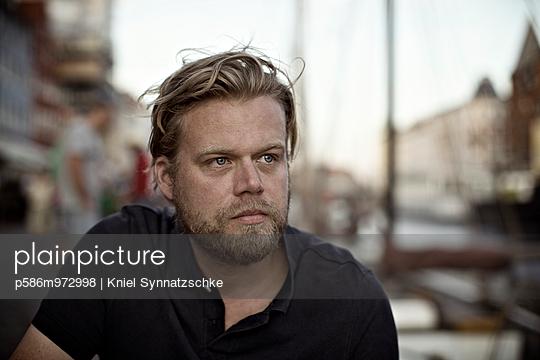 Porträt eines Mannes mit Vollbart - p586m972998 von Kniel Synnatzschke