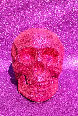 Tacky skull - p0452790 by Jasmin Sander
