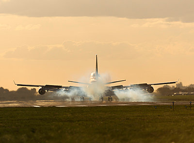 Touchdown - p1048m812460 by Aviation