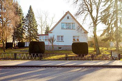 Einfamilienhaus mit Vorgarten - p432m1217161 von mia takahara