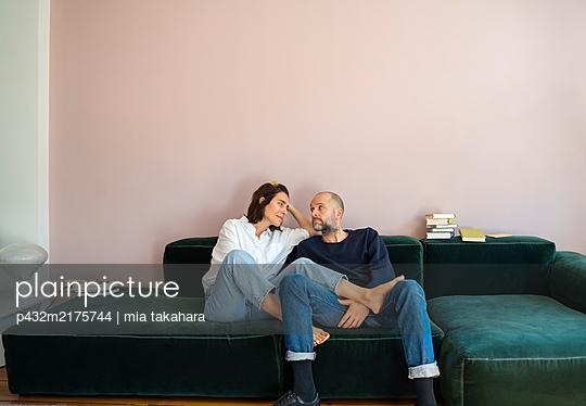 Paar blickt sich in die Augen - p432m2175744 von mia takahara