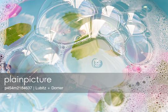 Aromatic soap bubbles - p454m2184637 by Lubitz + Dorner