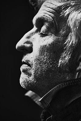 Mature man in profile - p1312m2237644 by Axel Killian