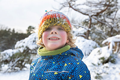 Boy in warm clothing during winter - p300m2281777 by Frank van Delft