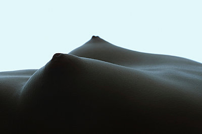Close-up of woman's breasts, side view - p675m922805 by Frederic Cirou