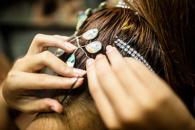 Young Woman Securing Hair with Bobby Pins, Rear View, Close Up - p694m785376 by Aaron Joel Santos