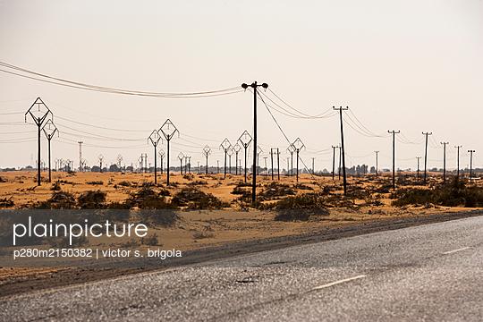 Strommasten in der Wüste - p280m2150382 von victor s. brigola