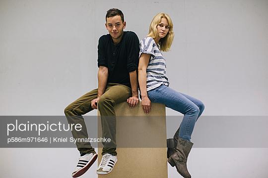 Junges Paar sitzt auf einem Karton - p586m971646 von Kniel Synnatzschke