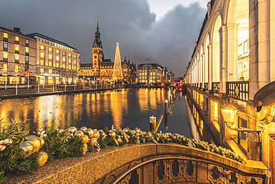 Germany, Hamburg, town hall, Christmas tree, Little Alster in the evening - p300m2083471 by Kerstin Bittner