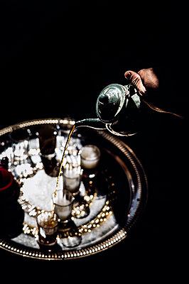 Pouring tea into glasses in Smara refugee camp, Tindouf, Algeria - p300m2160255 von Oscar Carrascosa Martinez