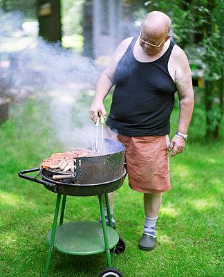 Papa grillt - p3530148 von Stüdyo Berlin