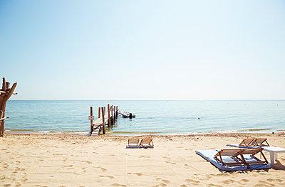 Leere Sonnenliegen am Strand von Saint Tropez - p432m1586449 von mia takahara