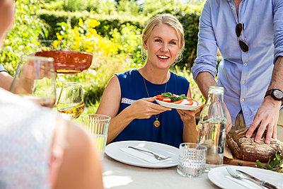 Gartenparty mit Freunden - p788m1538749 von Lisa Krechting