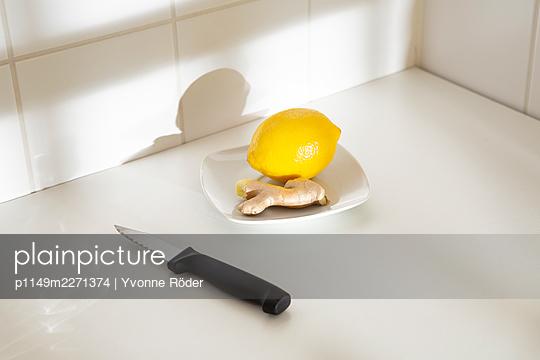 Lemon and ginger - p1149m2271374 by Yvonne Röder