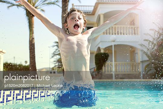 Junge im Pool - p1520m2082017 von Michael Leckie