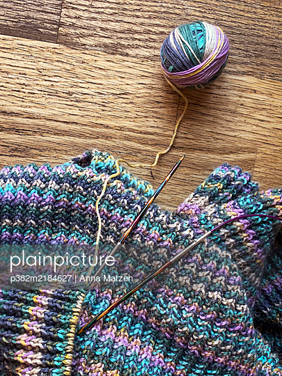 Strickarbeit und Wollknäuel - p382m2184627 von Anna Matzen