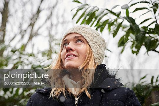 Frau im Winter - p890m2232238 von Mielek