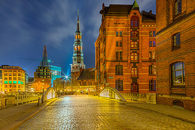 Germany, Hamburg, St. Catherine's Church in the old Warehouse District at night - p300m1028857f by Stefan Kunert