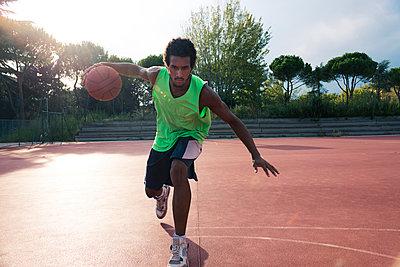 Young man playing basketball - p300m1580874 by Francesco Morandini