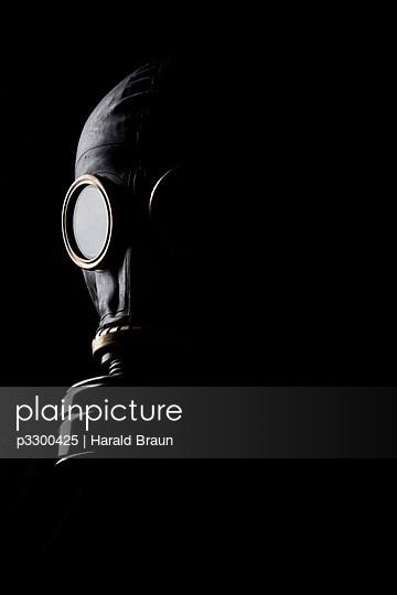 Mann mit Gasmaske - p3300425 von Harald Braun