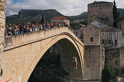 Sprung von der Brücke Stari Most in Mostar - p1046m1045291 von Moritz Küstner