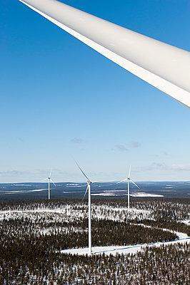 Blick über einen Windpark im Winter - p1079m1042433 von Ulrich Mertens