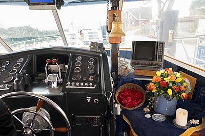 Urne im Schiff  - p299m1552932 von Silke Heyer