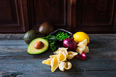 Ingredients of pasta with avocado sauce, peas and parmesan - p300m1568176 by Kai Schwabe