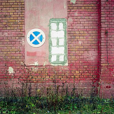 Halteverbot an roter Wand - p9791896 von Kriwy