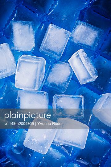 Ice cubes - p1149m2004935 by Yvonne Röder