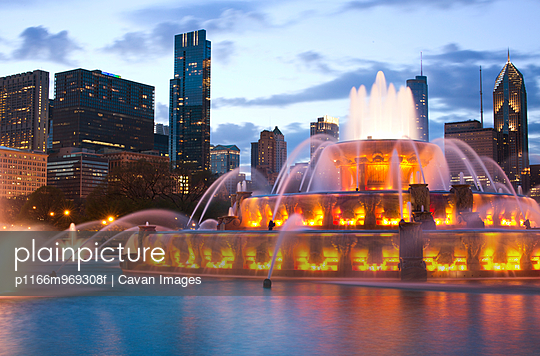 Buckingham Fountain Illuminated at Dusk