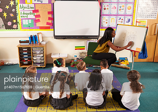 plainpicture | Photo library for authentic images - plainpicture p1407m1507659 - Teacher With Whiteboard In ... - plainpicture/Monkey_Images/Guerrilla