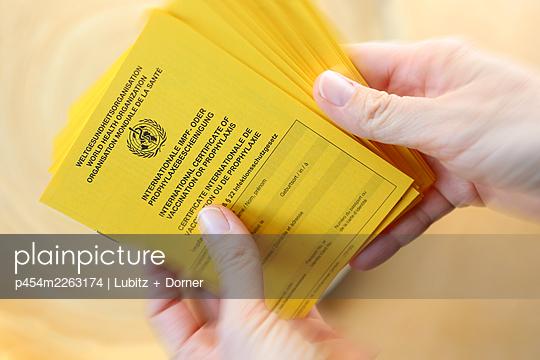Vaccination certificates in action  - p454m2263174 by Lubitz + Dorner