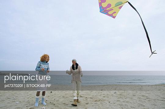 Zwei Freundinnen lachen während - p4737020f von STOCK4B-RF