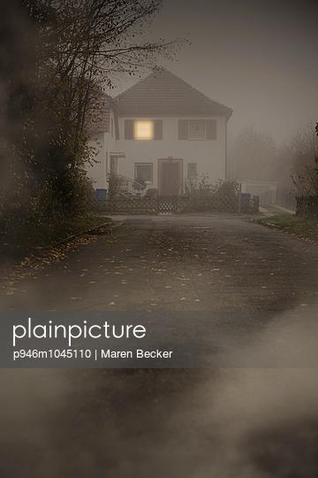 Verlassenes Haus in der Dunkelheit - p946m1045110 von Maren Becker
