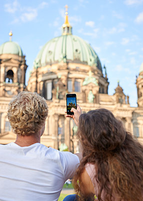 Junges Paar fotografiert den Berliner Dom - p1124m1463329 von Willing-Holtz