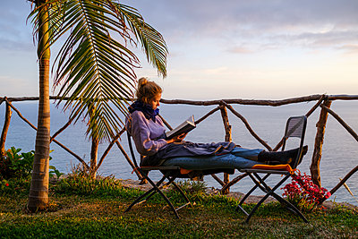 Portugal, Madeira, Woman reading a book - p1600m2175697 by Ole Spata