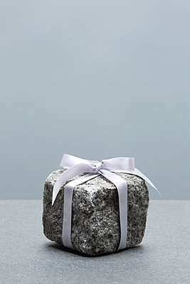 Geschenk mit Gewicht - p237m1108739 von Thordis Rüggeberg