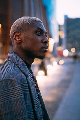 Portrait of stylish man, Milan, Italy - p429m2127717 by Eugenio Marongiu