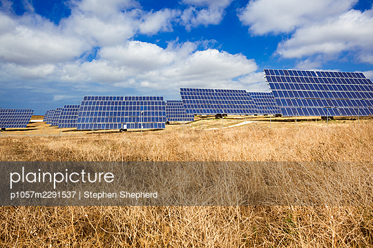 Large solar panels turned towards the bright hot sunshine in the Spainish countryside, Andaluisa, Spain. - p1057m2291537 by Stephen Shepherd