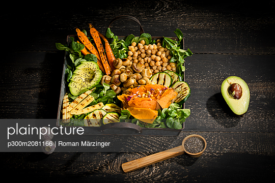Various vegetables, lamb's lettuce, chia, pine nuts and garlic - p300m2081166 by Roman Märzinger